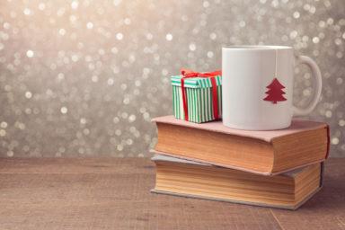 Boeken met mok in kerstsfeer