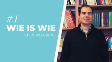 Header blog: Titel van de blog 'Wie is wie' met een portret van Stijn Baeckens