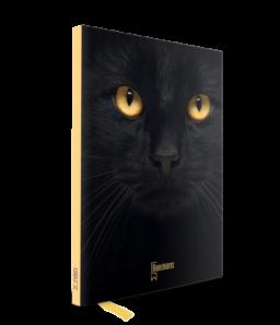 Notitieboekje met gele rug en op de voorkant een zwarte kat